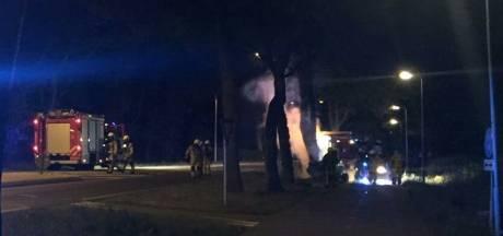 Man (23) uit Hengelo zwaargewond na botsing tegen boom in Losser