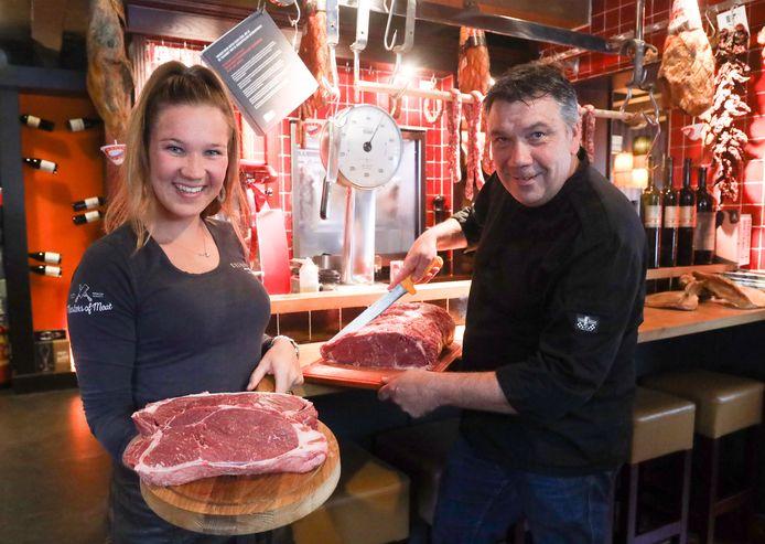 Chef Hans Ulijn en dochter Marieke met entrecote van Witblauw.