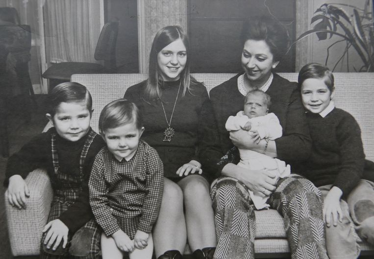 Elly Ducheyne met haar vijf kinderen. Beeld