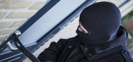 Man op scooter schrikt van politie en laat tas vol inbrekersspullen vallen