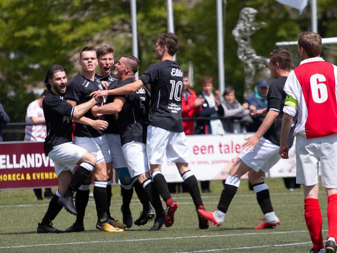 De jongens van Sportclub Neede vieren hun kampioenschap. Foto is enkel ter illustratie, of slachtoffer ook een van de voetballers is is onduidelijk.