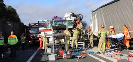 Vrachtwagenchauffeur bekneld geraakt na aanrijding op A12 bij De Meern