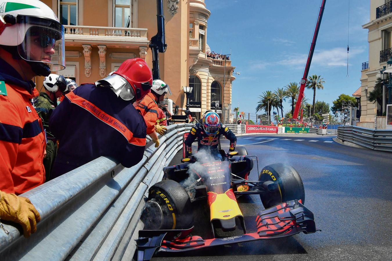 2016: Max Verstappen klimt uit zijn bolide nadat hij in Monaco tegen de vangrail is geklapt.