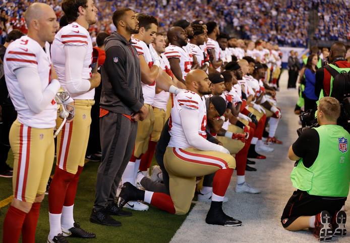 Spelers van San Francisco 49ers knielen tijdens het Amerikaanse volkslied.