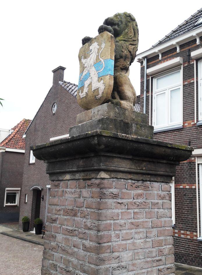 De op een sokkel staande stenen leeuw is nu het enige zichtbare element aan de Veerpoort uit de veertiende eeuw.