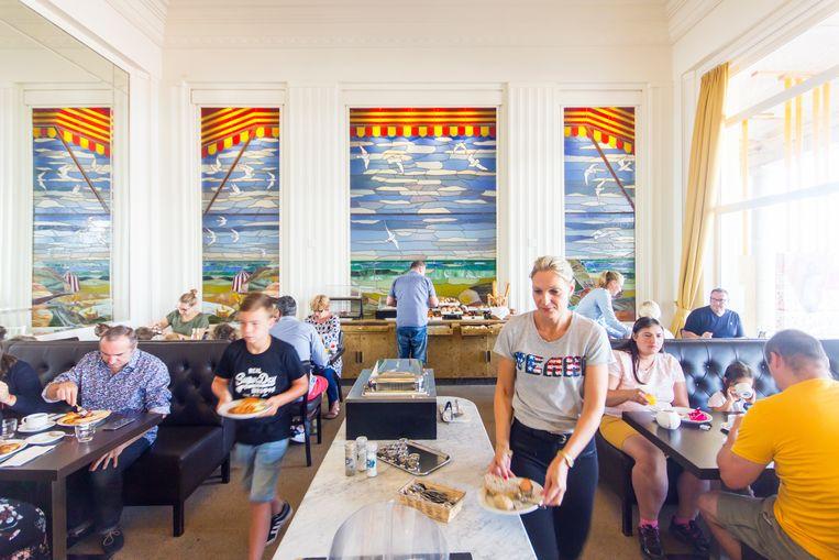 In het hotelrestaurant doen Stefan en Valerie zich tegoed aan verse vis. Beeld Sander Groen