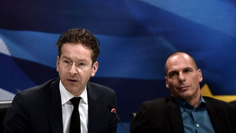 Europgroepvoorzitter Jeroen Dijsselbloem (l) en de Griekse minister van financiën Yanis Varoufakis bij een persconferentie in Athene. Beeld afp