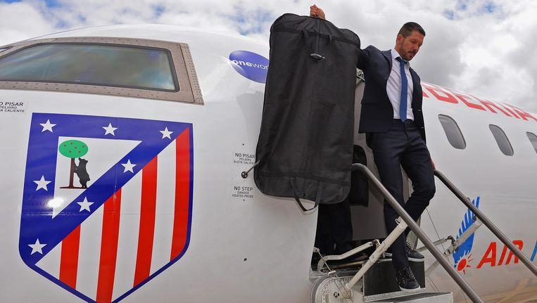 Diego Simeone komt met Atlético Madrid aan op het vliegveld in Lissabon.