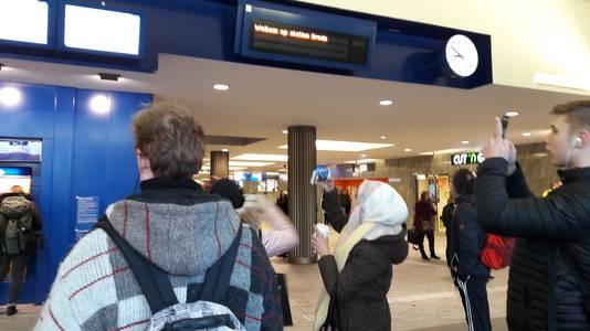 In de stationshal in Breda blijven reizigers naar de informatieborden lopen. Maar er verandert niets. De treinen gaan pas om 10.15 uur rijden, zo is de verwachting. Een enkeling maakt een foto als bewijs voor school of werk