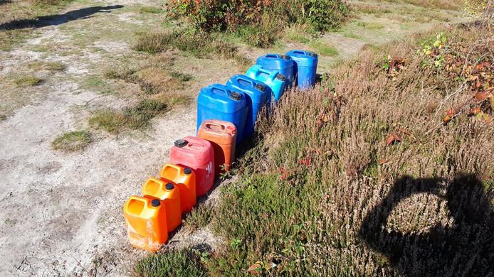 De vaten die in Wintelre werden aangetroffen. Het bleek geen drugsafval te zijn.