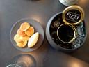 Blini's met 'kaviaar' van zwarte olijven.