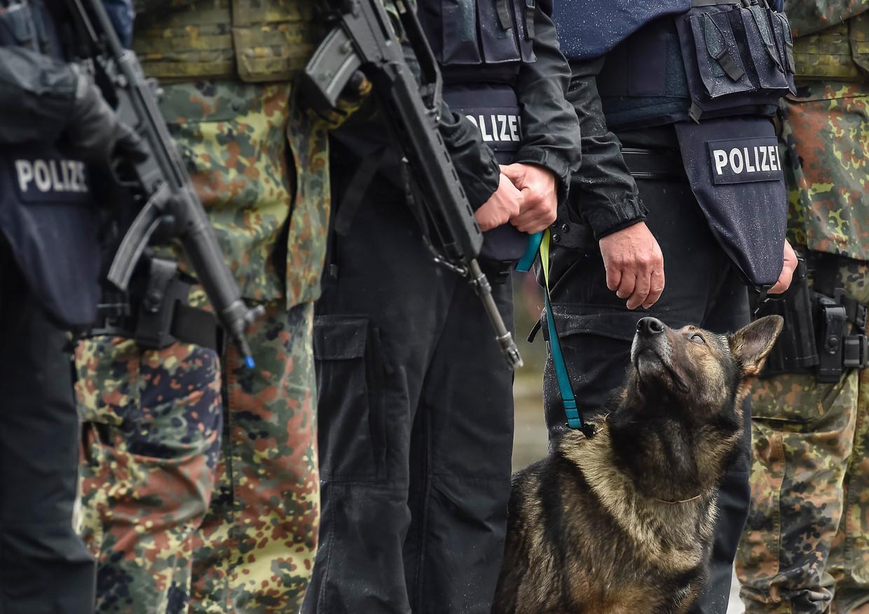 Lang bestaat het vermoeden dat er binnen de politie in Duitsland extreemrechtse netwerken actief zijn. Structurele problemen met racisme en extreemrechts worden door verantwoordelijk minister Horst Seehofer (CSU) juist categorisch ontkend. Beeld Ullstein bild via Getty Images