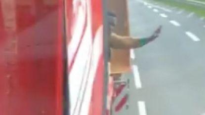 VIDEO. Vluchteling smeekt rijdende trucker om te stoppen. Maar chauffeur wil hem lesje leren