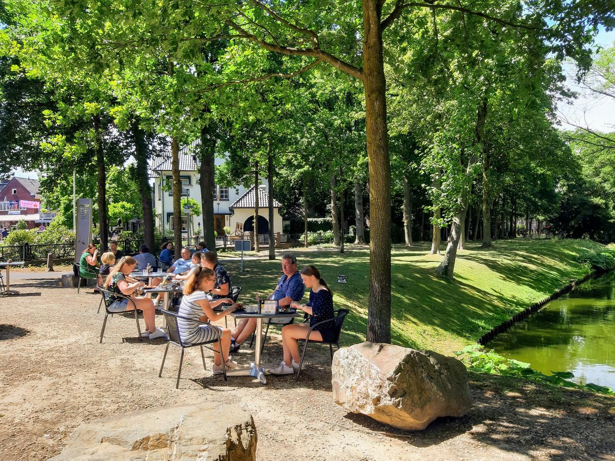 Het terras in de kasteeltuin in Wijchen.