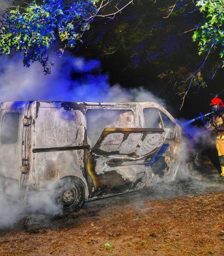 Bestelbus brandt volledig uit in Veldhoven