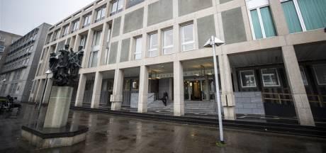 OM: 'Arnhemmer (23) die politie aanviel met gewei zette mes op keel van moeder'