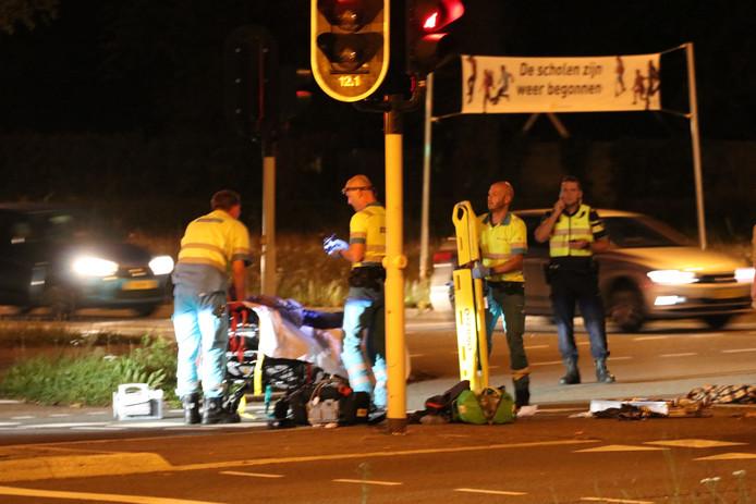Het slachtoffer krijgt de eerste behandeling van de ambulancebroeders na een harde val.