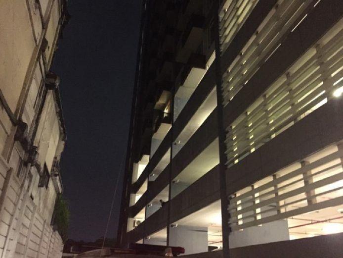 Het appartementsgebouw in de wijk Bang Yi Khan waar het drama zich afspeelde.