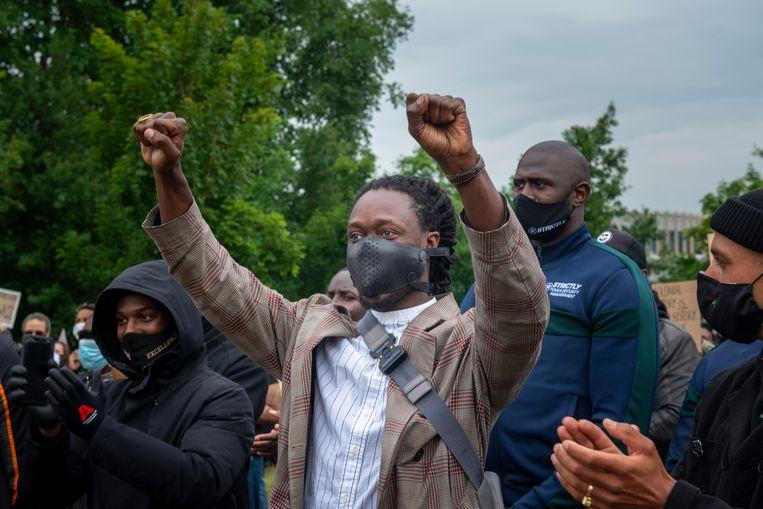 Black Lives Matter-manifestatie in het Martin Luther Kingpark in de Bijlmermeer. Akwasi met de vuisten in de lucht.  Beeld Hollandse Hoogte / Sabine Joosten