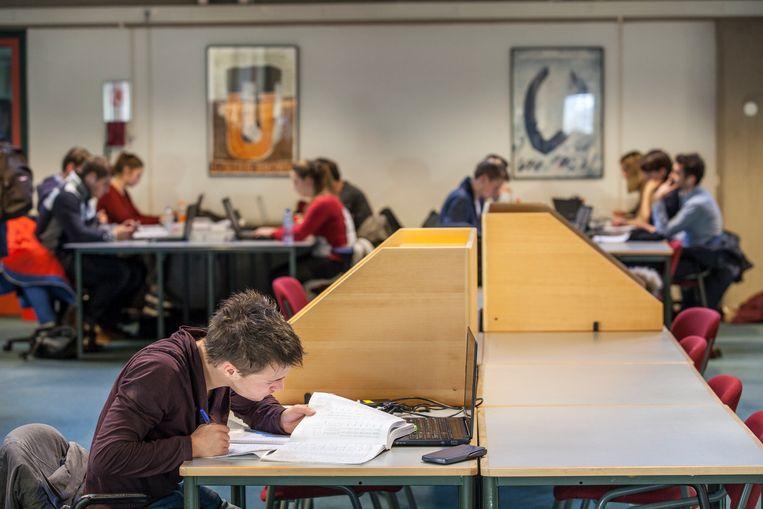 Studenten in een volle studiezaal van de Bibliotheek van de Rijksuniversiteit Groningen, 2014. Beeld Harry Cock / de Volkskrant