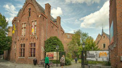 Personeel stedelijk museum en toeristisch infokantoor belt eenzamen en senioren op