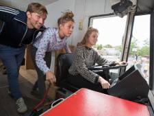 Van oorlog tot coming out. Oude SRV-wagen haalt persoonlijke bevrijdingsverhalen op in Olst-Wijhe