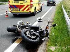 Motorrijder knalt op vangrail op A1 en raakt gewond