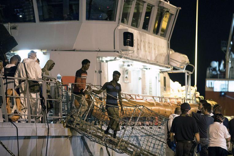 Migranten verlaten het Frontex-schip 'Protector' in de haven van Pozzallo, Sicilië, vorig jaar zomer. Het EU-agentschap krijgt extra personeel en taken, waaronder grenscontroles en het terugsturen van afgewezen asielzoekers.  Beeld EPA