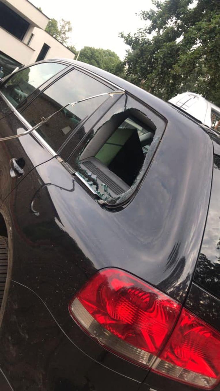 De inbrekers ontvreemden de spullen uit voertuigen die achter de woning stonden geparkeerd.