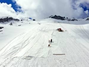 Un glacier italien recouvert de draps blancs pour le protéger du réchauffement climatique