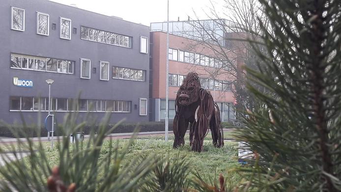 De gorilla is na een kort uitstapje naar Apeldoorn weer terug op zijn rotonde in Harderwijk.
