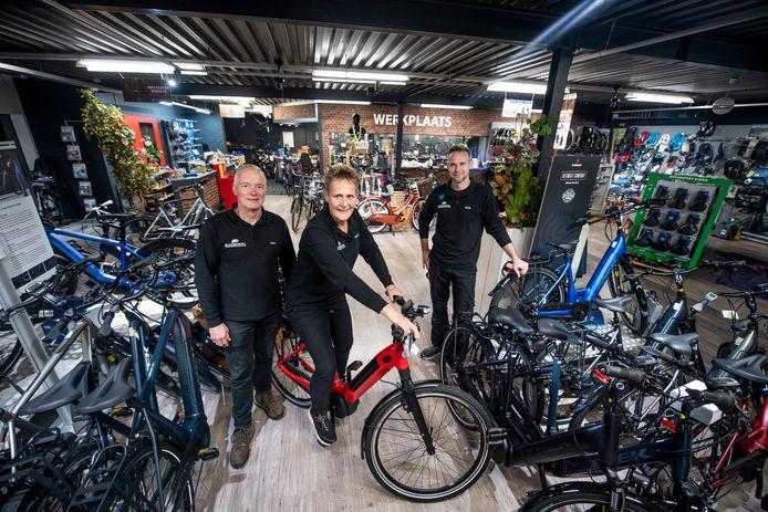 Het familiebedrijf Bloemendal Bike Totaal in volle glorie. Met (vanaf links) vader Hans, moeder Femmy en zoon Peter.