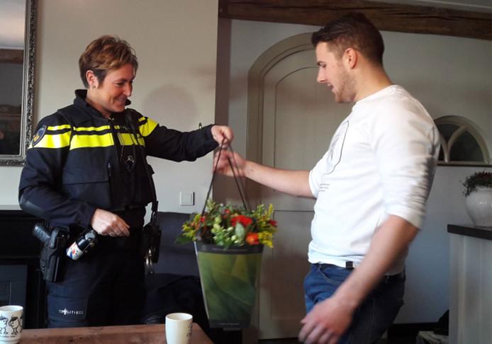 Jim Muller uit Elshout kreeg begin dit jaar al een bloemetje van wijkagent Belinda van der Genugten als dank voor zijn heldendaad. Woensdag kwam daar nog de prof. mr. Pieter van Vollenhoven Penning 2017 bij.