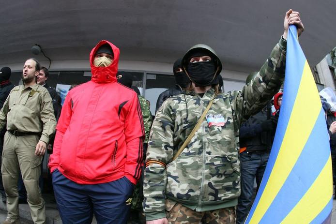 Zo'n 100 met knuppels en stenen bewapende opstandelingen verzetten zich tegen de politie.