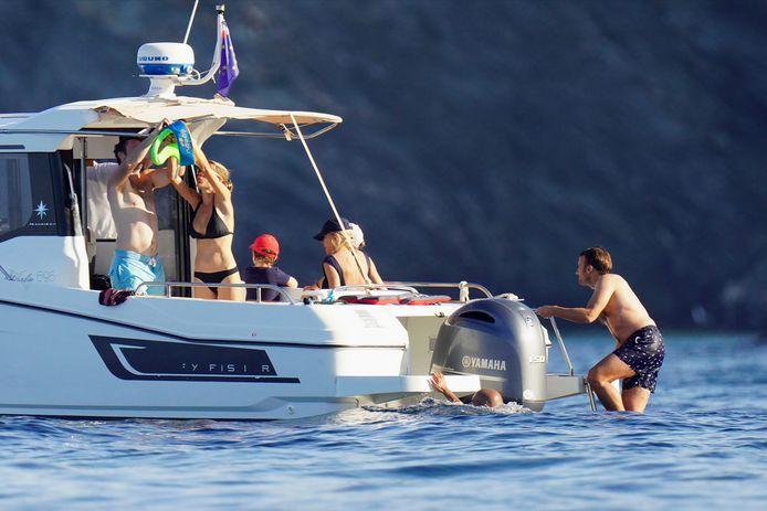Emmanuel Macron et sa famille sur leur bateau au large de l'île de Porquerolles.