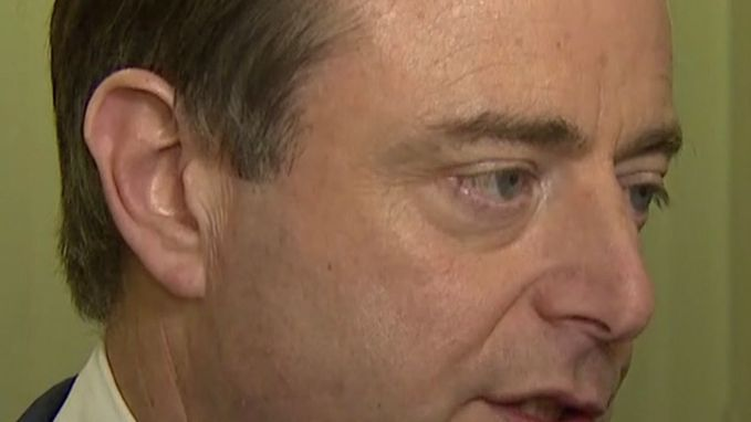 De Wever smeekt om zelf te besturen