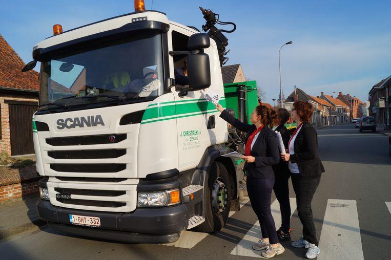 Gwen, Vanessa en Marlies hielden in april al eens een actie om vrachtverkeer te weren uit de schoolbuurt.