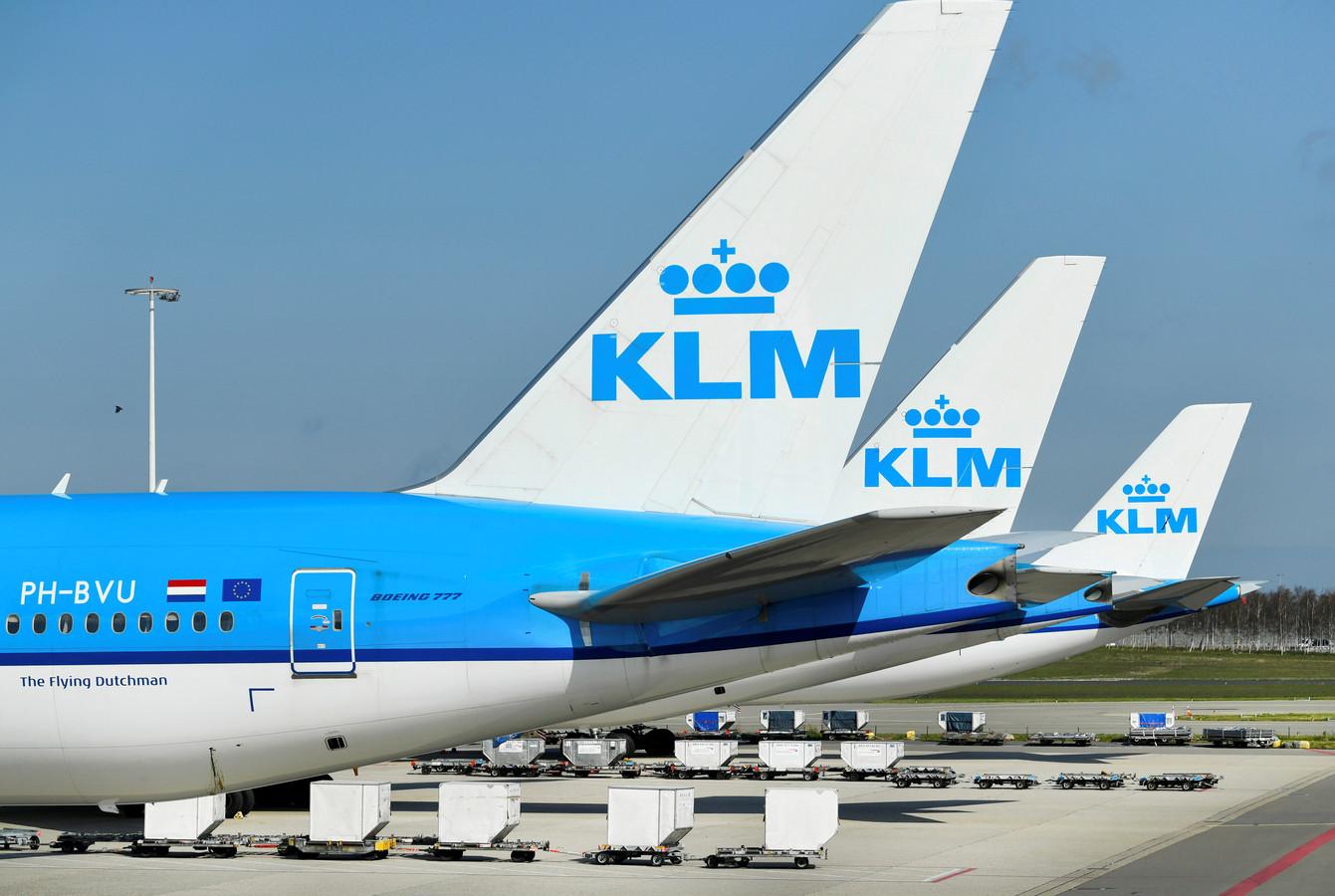KLM-toestellen aan de grond op Schiphol. De luchtvaartmaatschappij heeft zwaar te lijden onder de coronacrisis.