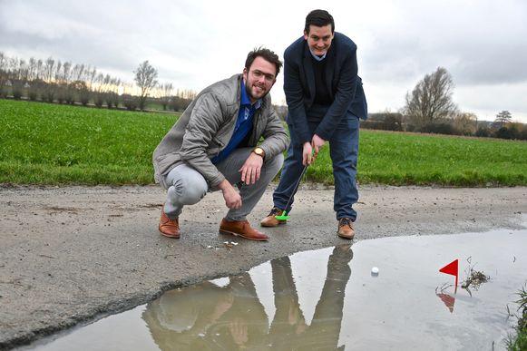 Gemeenteraadsleden Gert-Jan Hovaere (links) en Aäron Pattyn kaartten de slechte staat aan van sommige landelijke wegen. Ook in de Dadizeelsestraat zijn er op sommige plaatsen zodanig veel putten dat je er volgens het duo kan golfen.