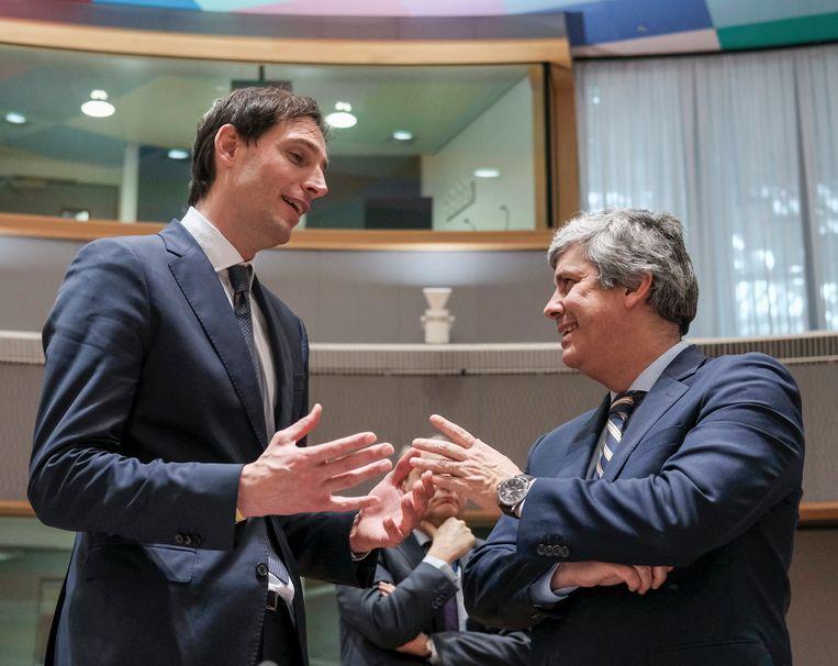 Minister van Financiën Wopke Hoekstra (L) in gesprek met Eurogroep-voorzitter Mario Centeno. Diederik Stadig: 'Nederland is uitstekend in staat coalities te vormen met landen die dezelfde positie hebben, zie bijvoorbeeld de eurogroep-onderhandelingen.' Beeld EPA