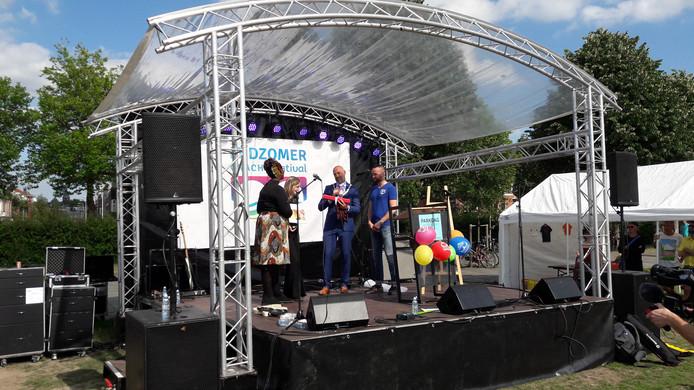 Loco-burgemeester Victor Everhardt reikt de elfde Annie Brouwer Korfprijs uit aan Barbara Vollebregt en Fatima Warsame.