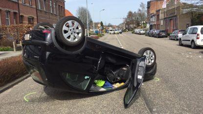 Vrouw gewond afgevoerd na knal tegen geparkeed voertuig