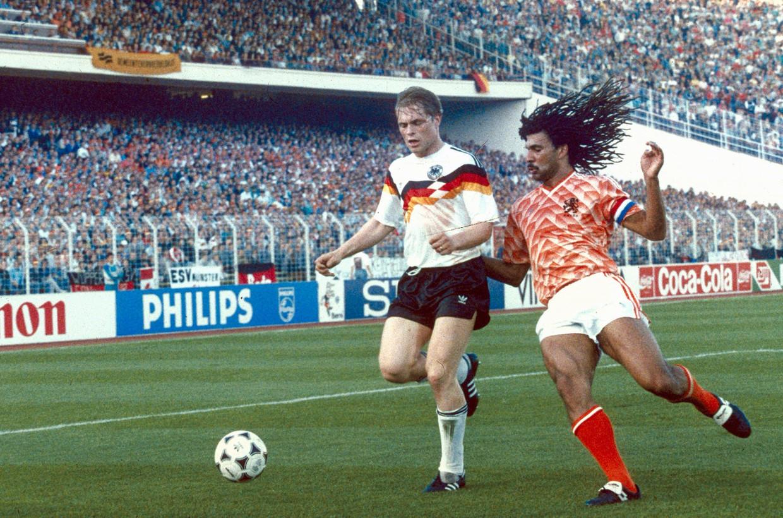 Ruud Gullit tijdens de halve finale tussen Duitsland en Nederland tijdens het EK van 1988. Met beelden van dit soort wedstrijden vullen de sportzenders nu hun programmering.