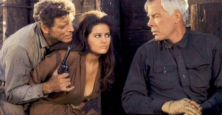 Vanaf links: Burt Lancaster, Claudia Cardinale en Lee Marvin in The Professionals (1966). Beeld