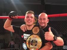 Apeldoornse MMA'er Geven pakt titel in Noord-Ierland