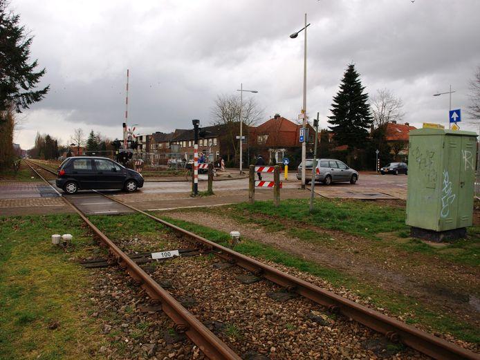 Ter hoogte van de spoorwegovergang tussen de Arnhemseweg en de Vermeerstraat bevinden zich sinds 2015 een rotonde en een tunnel met afrit.