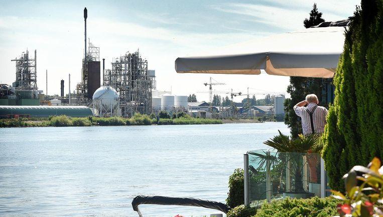 Het Dordtse chemiebedrijf Chemours, gezien vanuit de Baanhoek in Sliedrecht. Beeld Marcel van den Bergh / de Volkskrant