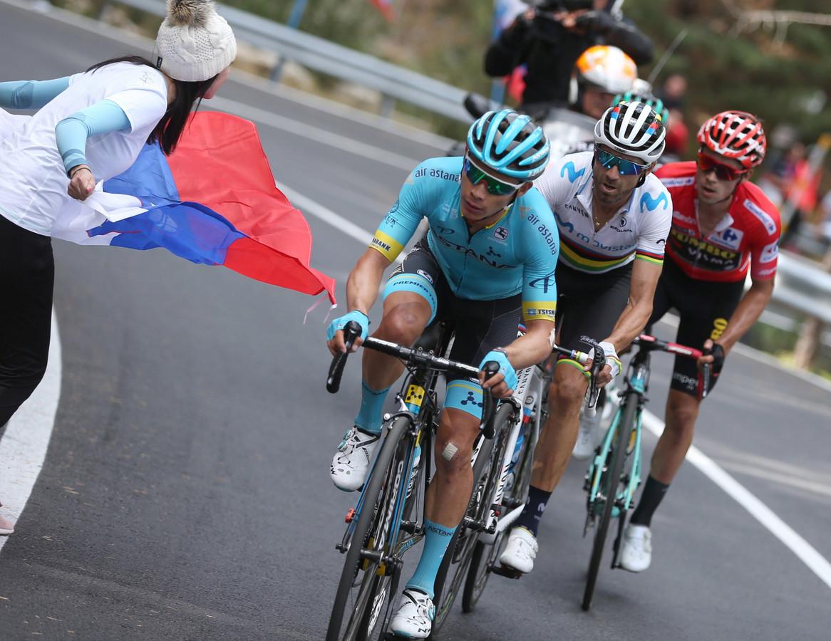 Miguel Àngel López met Alejandro Valverde en Primoz Roglic.
