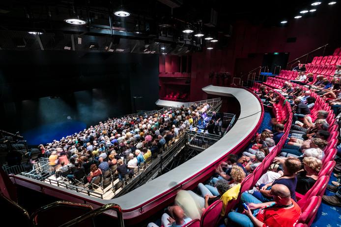 In de grote zaal van Theater aan de Parade is een tribune gebouwd. Maar het zicht is er niet best, vandaar dat het publiek ook op het balkon mag. Foto Roel van der Aa
