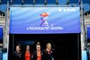 Merel van Dongen, Jill Roord en Anouk Dekker van het Nederlands vrouwenelftal krijgen een rondleiding door stadion Stade Oceane.